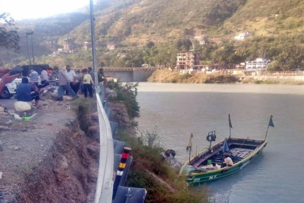 सतलुज नदी में गिरी कार, नायब तहसीलदार की पत्नी-बेटी की मौत,दुःखद