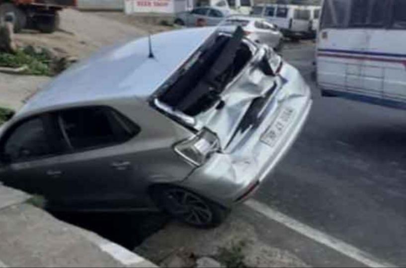 अटल टनल रोहतांग का फेसबुक लाईव चलाने के चक्कर में कार नाली गिरी,दो घायल