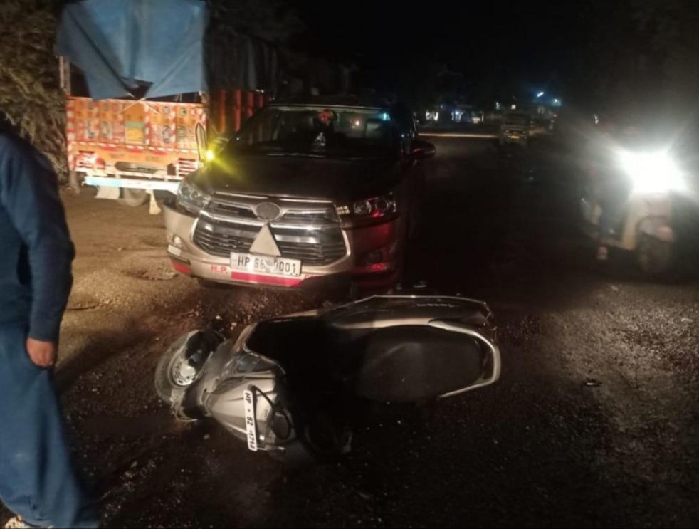 हिमाचल :परिवहन मंत्री  की कार और स्कूटी में टक्कर, स्कूटी सवार घायल