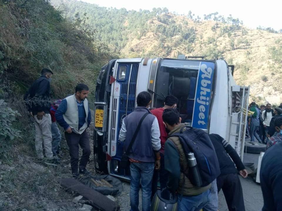 सोलन: प्राइवेट बस पलटी 1 की मौत 25 घायल 2 गंभीर रूप से घायल को आईजीएमसी रेफर किया