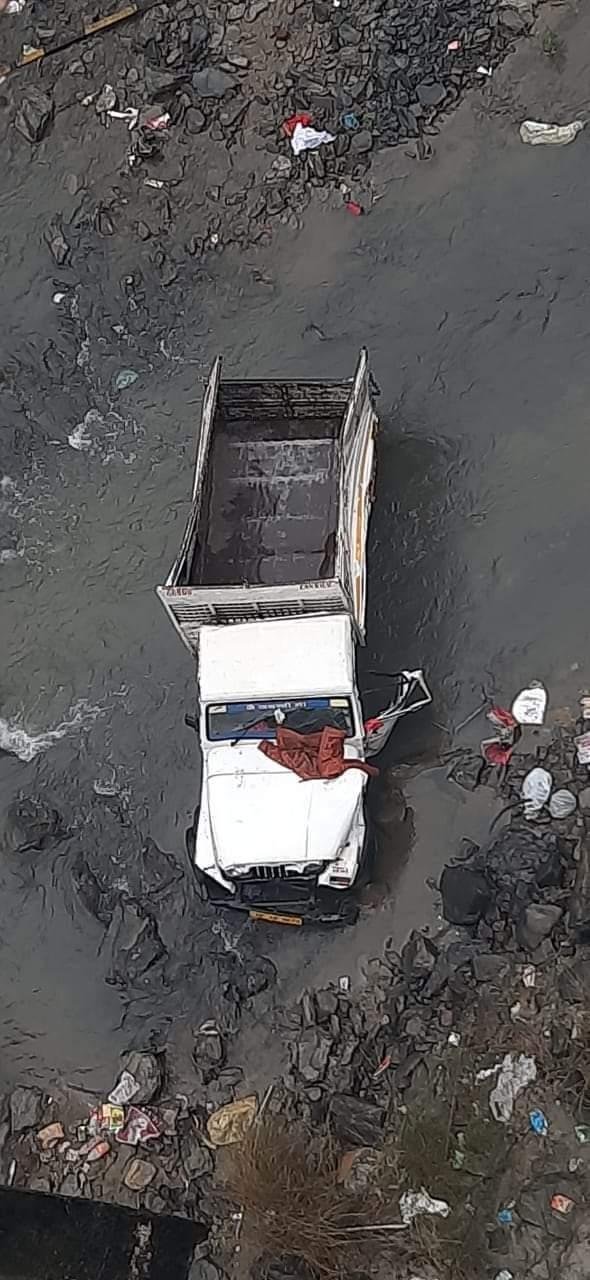 मंडी में बड़ा सड़क हादसा, पुलघराट के पास नदी में गिरी पिकअप,  सात मजदूरों की मौत