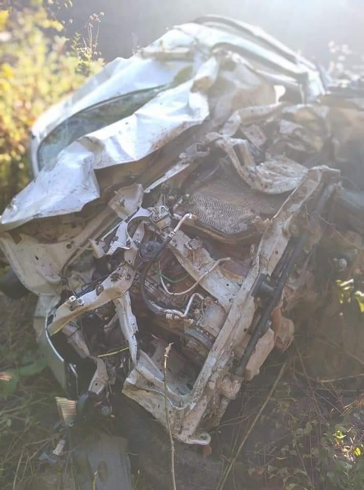 मंडी में गाड़ी 300 मीटर गहरी खाई में  गिरी पूरी तरह से  क्षतिग्रस्त लेकिन चालक सुरक्षित