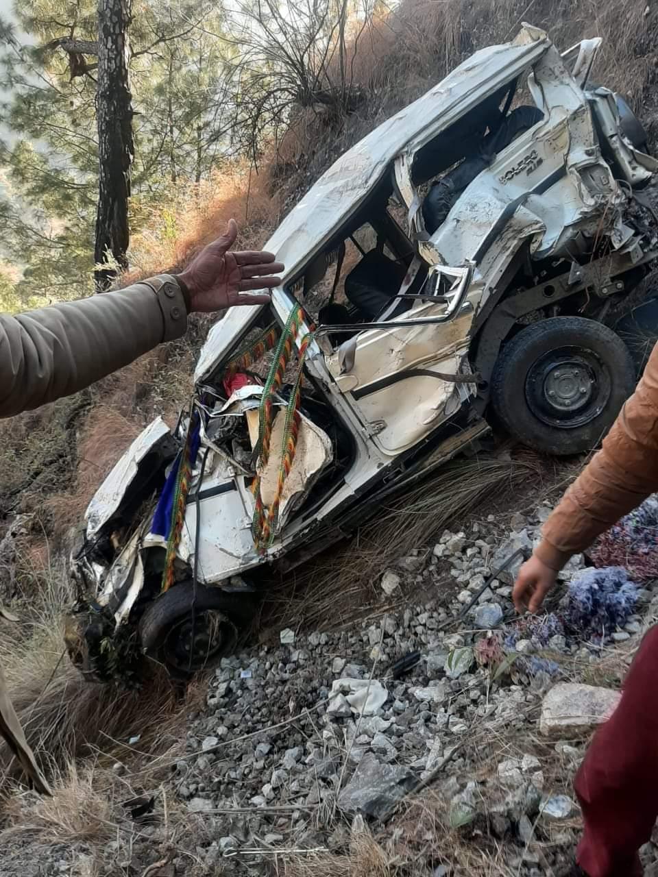 शिमला: बारात लेकर जारी रही बलेरो गाड़ी गिरी,2 की मौत 7 घायल